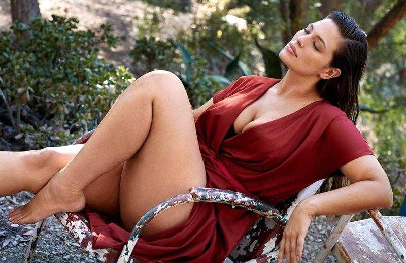 Плюс сайз модель Эшли Грэм в фотосессии Elle France - красное платье с запахом