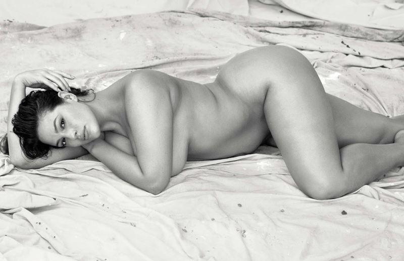 Плюс сайз модель Эшли Грэм в фотосессии Elle France - обнаженная черно-белое фото