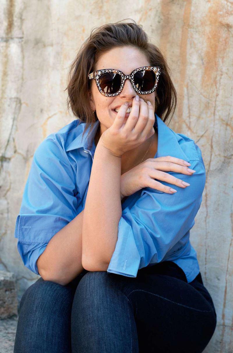 Плюс сайз модель Эшли Грэм в фотосессии Elle France - синяя рубашка и солнечные очки