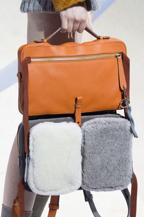 Сумки Anya Hindmarch осень-зима 2017-2018 - кожаная оранжевая и бело-серая с искусственным мехом