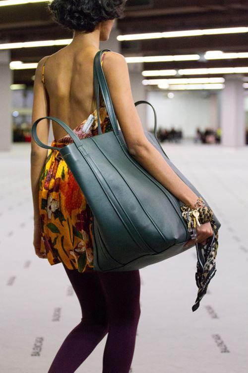 Сумки Balenciaga осень-зима 2017-2018 - большая зеленая кожаная сумка оверсайз