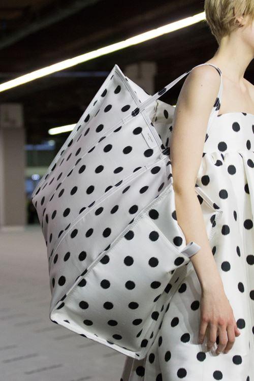 Сумки Balenciaga осень-зима 2017-2018 - большая белая сумка в черный горох