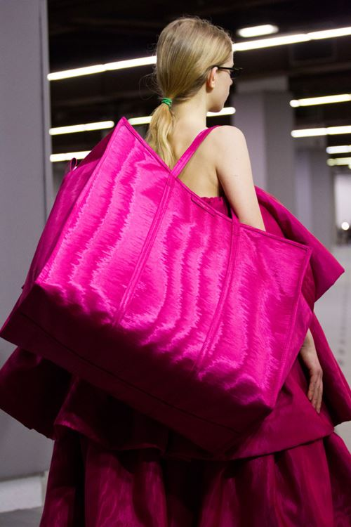 Сумки Balenciaga осень-зима 2017-2018 - большая ярко-розовая сумка