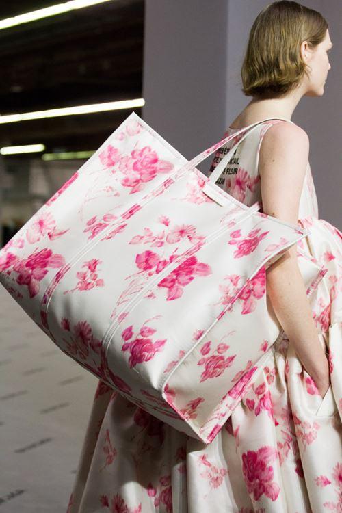 Сумки Balenciaga осень-зима 2017-2018 - большая белая с розовыми цветами
