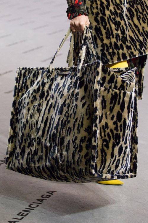 Сумки Balenciaga осень-зима 2017-2018 - большая леопардовая сумка с искусственным мехом
