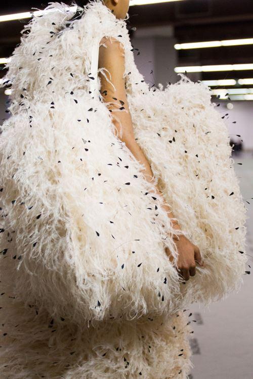Сумки Balenciaga осень-зима 2017-2018 - белая сумка с пышными перьями