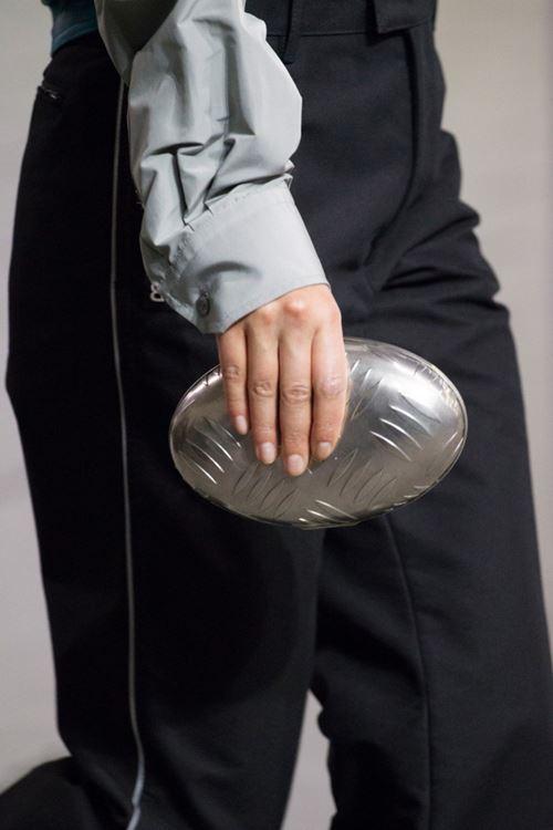 Сумки Balenciaga осень-зима 2017-2018 - жесткий овальный клатч
