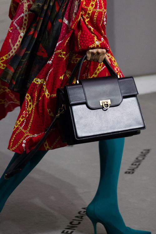 Сумки Balenciaga осень-зима 2017-2018 - жесткая сумка-коробка