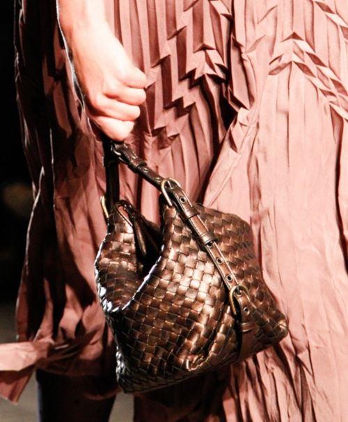 Сумки Bottega Veneta осень-зима 2017-2018 - маленькая сумка-мешок плетеная