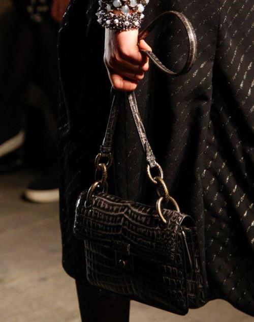 Сумки Bottega Veneta осень-зима 2017-2018 - черная крокодиловая сумка-багет через плечо