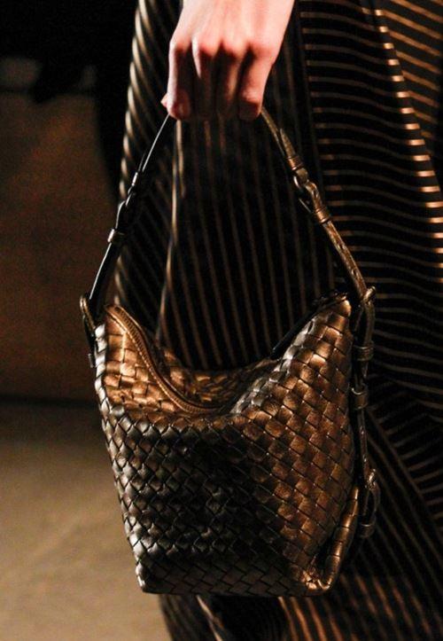 Сумки Bottega Veneta осень-зима 2017-2018 - золотисто-коричневая плетеная сумка-ведро