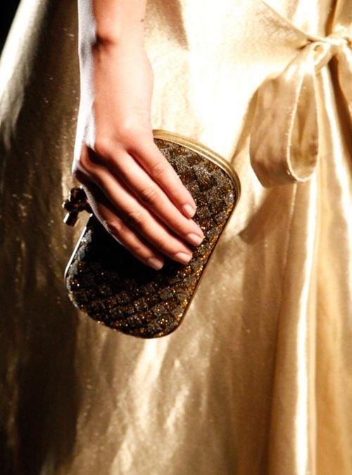 Сумки Bottega Veneta осень-зима 2017-2018 - маленький жесткий золотой плетеный вечерний клатч
