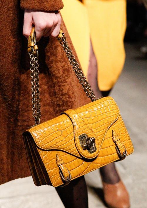 Сумки Bottega Veneta осень-зима 2017-2018 - желтая сумка из крокодиловой кожи на двух ручках цепочках