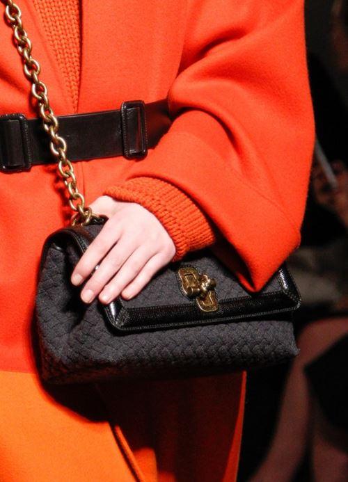 Сумки Bottega Veneta осень-зима 2017-2018 - черная текстильная сумка-багет с клапаном на цепочке