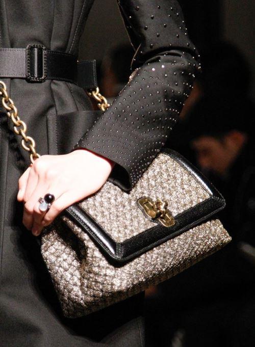 Сумки Bottega Veneta осень-зима 2017-2018 - золотая плетеная сумка-багет на цепочке