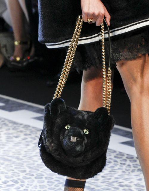 Сумки Dolce&Gabbana осень-зима 2017-2018: мягкая черная морда медведя на длинной золотой цепочке