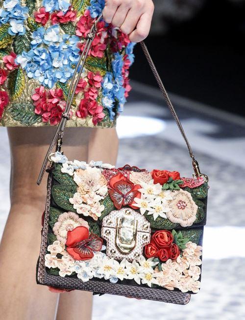 Сумки Dolce&Gabbana осень-зима 2017-2018: прямоугольная с цветочными аппликациями