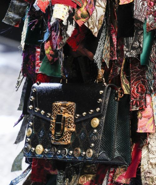 Сумки Dolce&Gabbana осень-зима 2017-2018: черная змеиная кожа с металлическими шипами люверсами