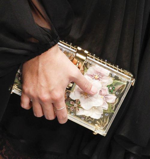 Сумки Dolce&Gabbana осень-зима 2017-2018: жесткий клатч коробка с цветочной аппликацией