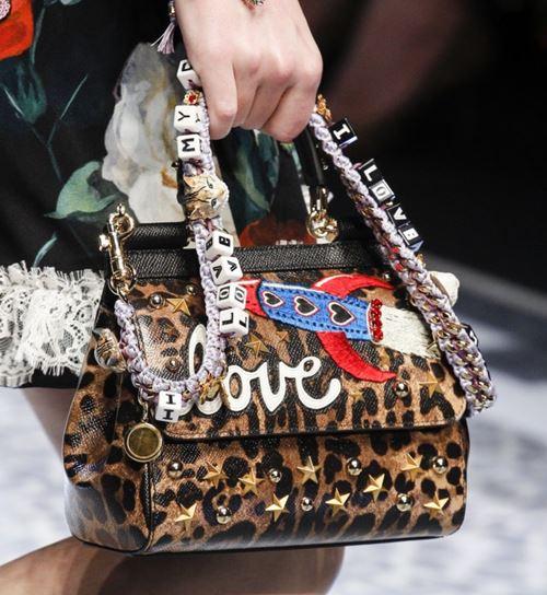 Сумки Dolce&Gabbana осень-зима 2017-2018: леопардовый принт с надписями