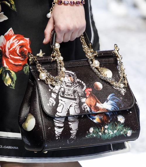 Сумки Dolce&Gabbana осень-зима 2017-2018: черная с космическим рисунком и ручкой цепочкой