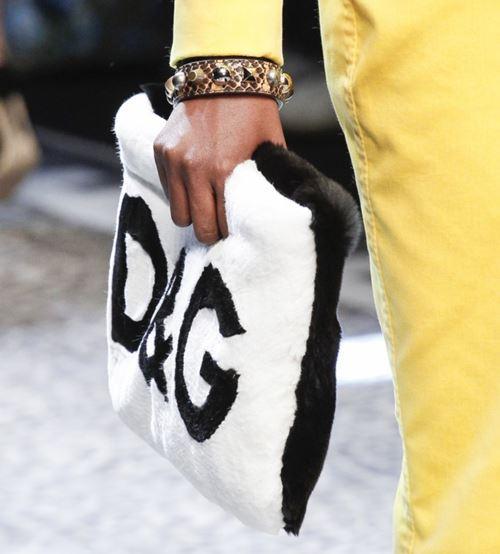 Сумки Dolce&Gabbana осень-зима 2017-2018: мягкая меховая черно-белая с логотипом
