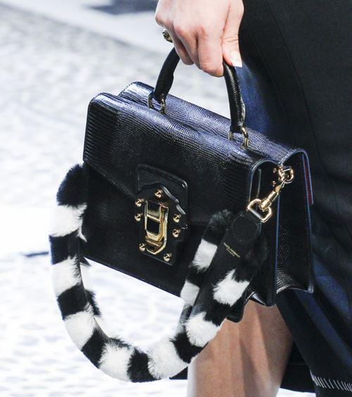 Сумки Dolce&Gabbana осень-зима 2017-2018: черная с меховой черно-белой ручкой