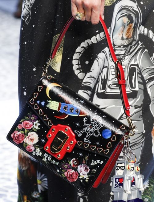 Сумки Dolce&Gabbana осень-зима 2017-2018: черная с цветочными и космическими принтами