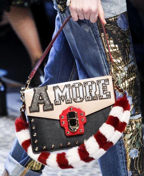 Сумки Dolce&Gabbana осень-зима 2017-2018: черно-бежевая сумка amore с красно-белой меховой ручкой