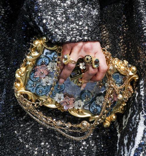 Сумки Dolce&Gabbana осень-зима 2017-2018: вечерний клатч голубой с золотым с ручкой цепочкой