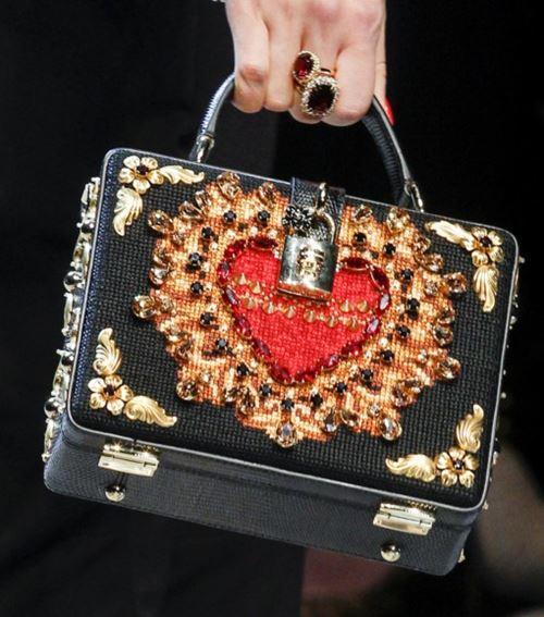 Сумки Dolce&Gabbana осень-зима 2017-2018: жесткий сундук с замком и вышивкой