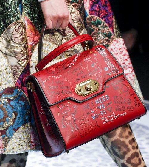 Сумки Dolce&Gabbana осень-зима 2017-2018: красная кожаная с надписями