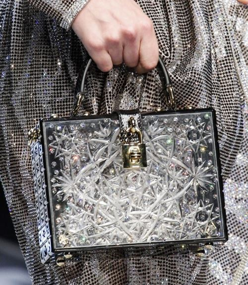 Сумки Dolce&Gabbana осень-зима 2017-2018: серебристый сундук с замком