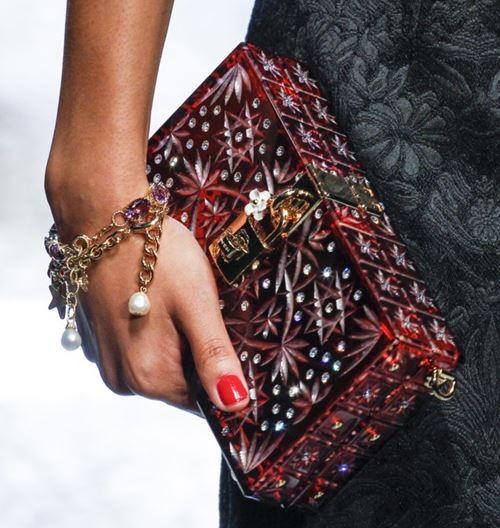 Сумки Dolce&Gabbana осень-зима 2017-2018: красно-бордовый жесткий вечерний клатч