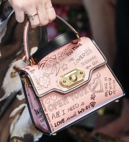 Сумки Dolce&Gabbana осень-зима 2017-2018: бледно-розовая кожаная с надписями