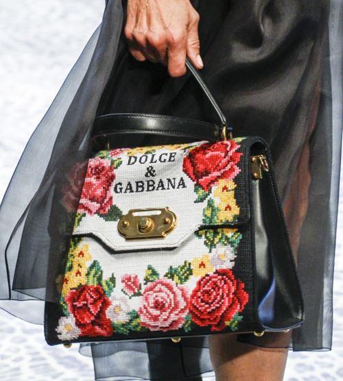 Сумки Dolce&Gabbana осень-зима 2017-2018: черная кожаная с вышивкой логотипом
