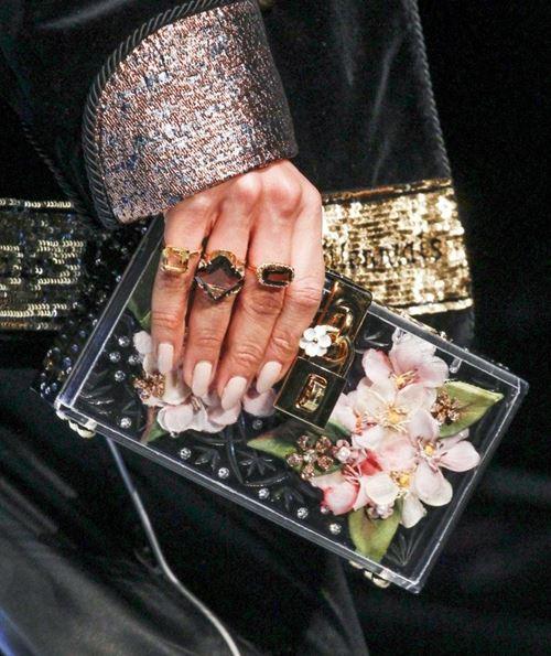 Сумки Dolce&Gabbana осень-зима 2017-2018: ювелирный жесткий прямоугольный клатч