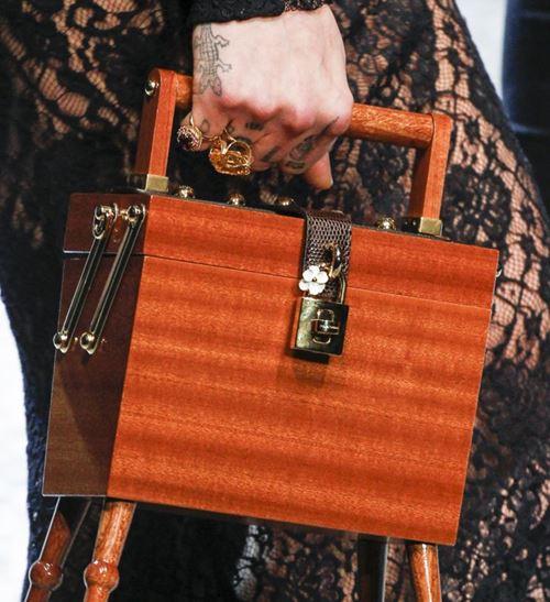 Сумки Dolce&Gabbana осень-зима 2017-2018: деревянная коробка-сундук с замком