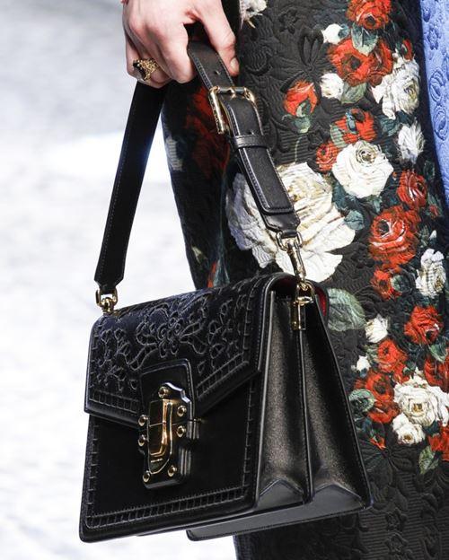 Сумки Dolce&Gabbana осень-зима 2017-2018: черная с короткой ручкой и кружевной отделкой