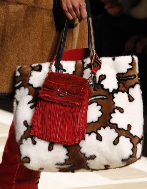 Сумки Fendi осень-зима 2017-2018: меховая мягкая объёмная tote и красная с бахромой