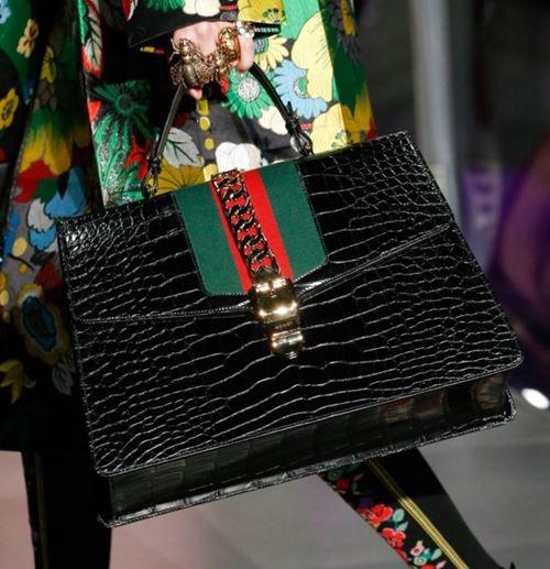 Сумки Gucci осень-зима 2017-2018: черная трапециевидная из крокодиловой кожи