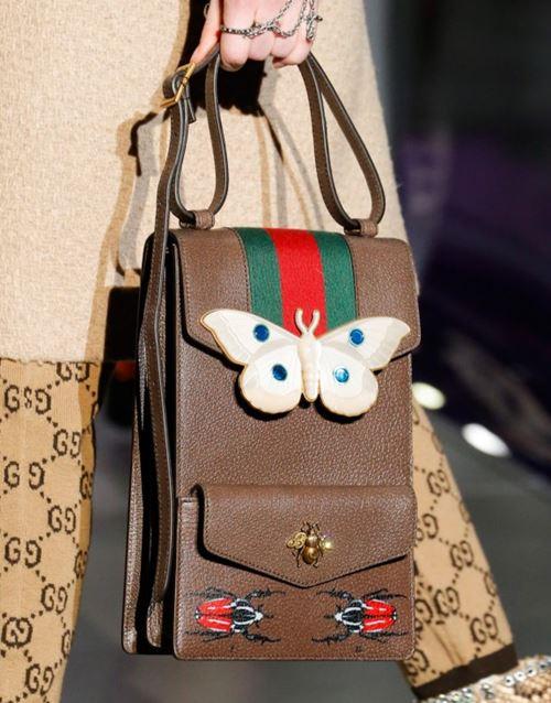 Сумки Gucci осень-зима 2017-2018: вертикальная кожаная бежевая с аппликациями
