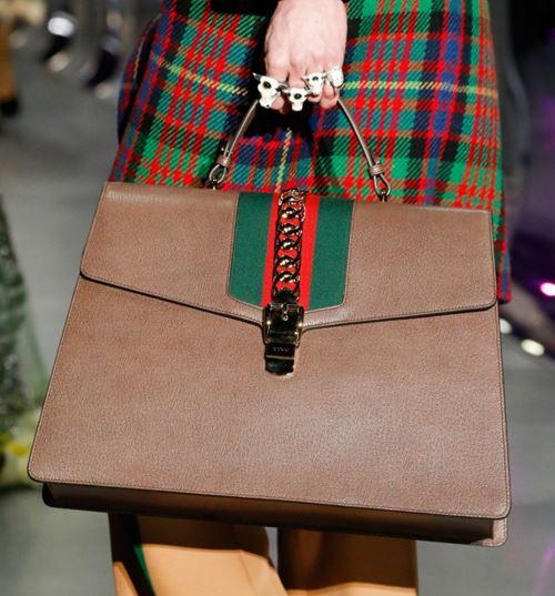 Сумки Gucci осень-зима 2017-2018: бежевая трапециевидная портфель