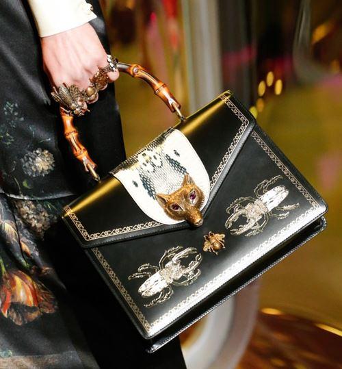 Сумки Gucci осень-зима 2017-2018: черная трапециевидная с бамбуковой ручкой и аппликациями