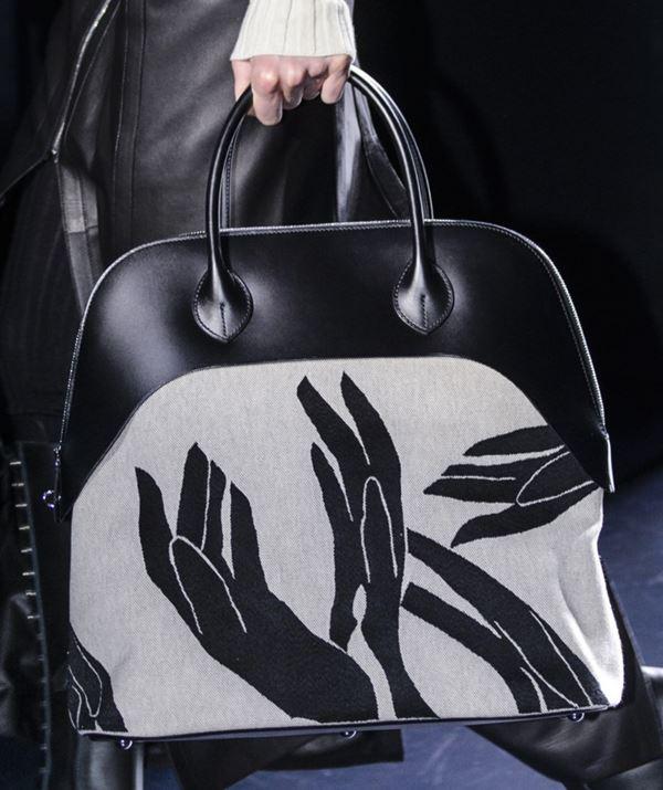 Сумки Hermès осень-зима 2017-2018: черная кожаная с принтом