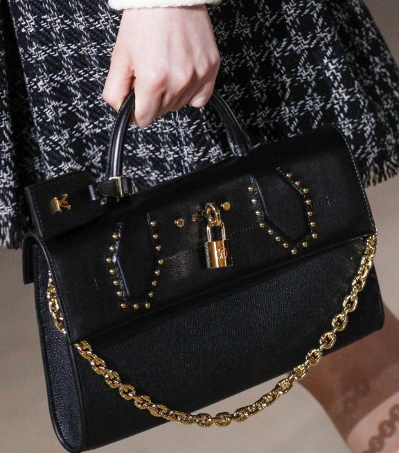 Сумки Louis Vuitton осень-зима 2017-2018: черная кожаная с золотой ручкой-цепочкой