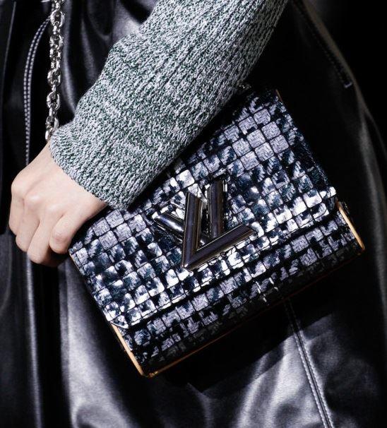 Сумки Louis Vuitton осень-зима 2017-2018: синяя клетчатая louise bag на длинной ручке цепочке