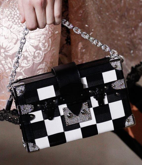Сумки Louis Vuitton осень-зима 2017-2018: черно-белая клетчатая шахматная сумка-коробка