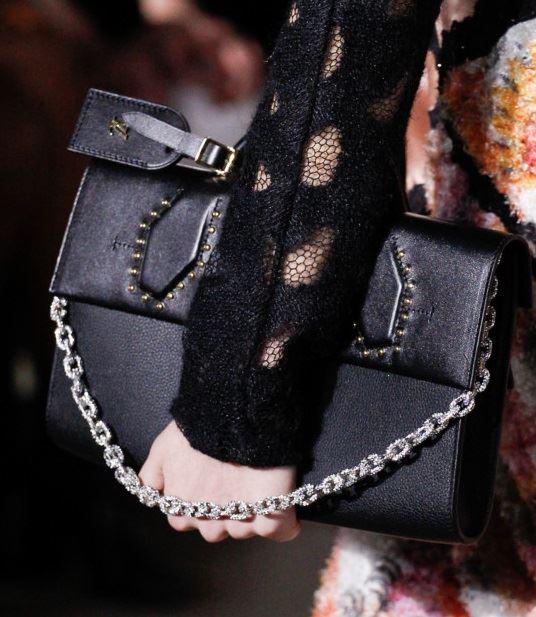 Сумки Louis Vuitton осень-зима 2017-2018: черная кожаная с цепочкой