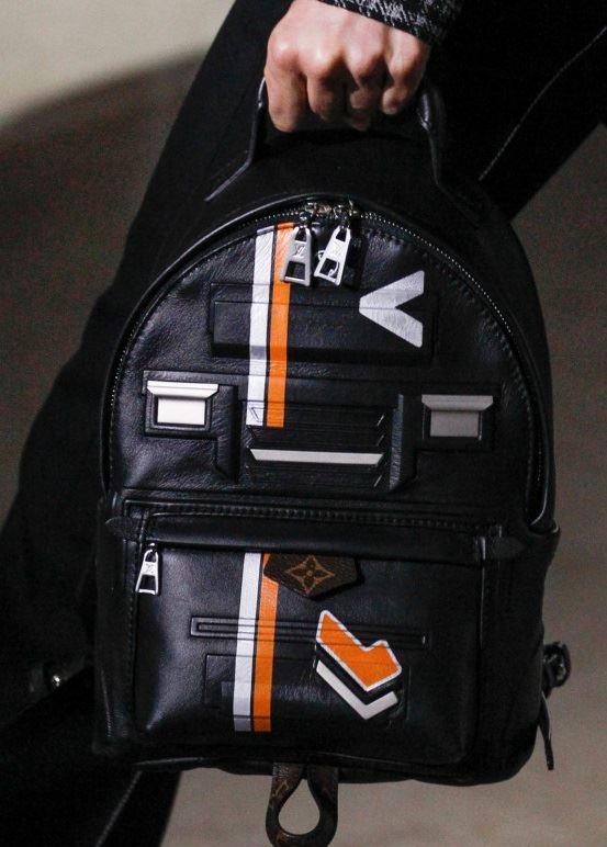 Сумки Louis Vuitton осень-зима 2017-2018: черный кожаный рюкзак с принтом